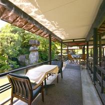 *中庭(日本庭園)/約4000坪の敷地内に広がる日本庭園。回廊から望む景観は絶景そのもの。