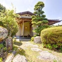 *特別室・蘭石亭(客室一例)/京都の宮大工が手掛けたお部屋。銘木をふんだんに使用されています。