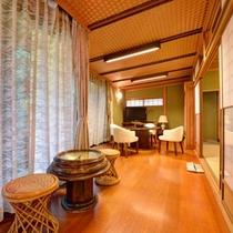 *特別室・蘭石亭(客室一例)/広々とした縁側で庭園を眺めながら心和むひと時をお過ごしいただけます。