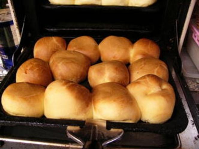 朝食の焼き立てパン(ブリオッシュロール)!