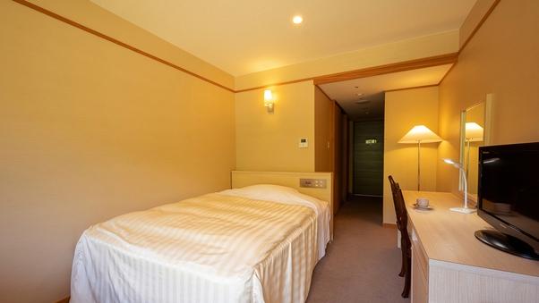 【洋室−シングル】大きなベッドで、一人旅に快適な安らぎを