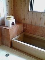 =限定4室=専用檜風呂付きの客室もございます(浴槽は総檜造り。お湯は温泉ではありません)