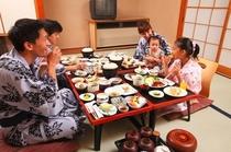 温泉のあとは、家族みんなでお膳を囲んで夕食を♪今日はお父さんももう一杯のんじゃおうかな!
