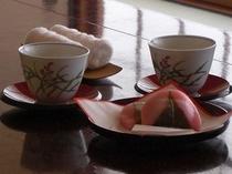 お部屋に桜餅とお茶のサービス