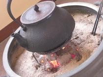 【フロントロビー】お休み処には、昔ながらの火鉢がおいてあり懐かしい雰囲気