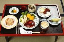 手作り料理が並ぶ「お子様膳」。お子様が食べやすいような洋食も食卓へ(例)