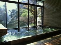 【女性用大浴場】秋色の森を眺めつつゆったりと温泉を(撮影日10月24日)
