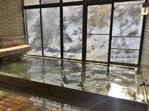 【女性用大浴場】白銀に包まれる景色を眺めつつゆったりと温泉を(撮影日12月18日)