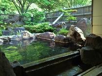 【新緑の貸切露天風呂】『満天星(どうだん)の湯』 絵画のように湯面へ映る緑を眺めて湯あみを