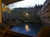 【夕暮れの貸切露天風呂】『楓(かえで)の湯』。黄昏時のしっとりとした雰囲気のなかでお楽しみください