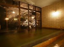 【女性用大浴場】4月中旬から下旬は窓の外の桜が満開に!女性のお客様だけが楽しめる夜桜温泉