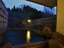 【夕暮れの貸切露天風呂】『満天星(どうだん)の湯』。温泉につかりきれいな夕焼け空を眺められることも。