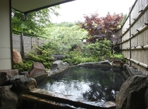 【新緑の貸切露天風呂】『楓(かえで)の湯』 色鮮やかな楓と緑のコントラストが人気です
