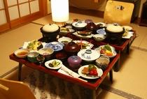 夕食は、郷土の食材を生かした里山料理が並ぶ和食をどうぞ(例。ご予算により品数異なります)