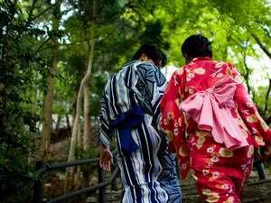 色浴衣de湯めぐり 新緑の恋結び参道を散歩する二人(イメージ)(1)