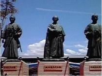 JR高知駅前の土佐の3志士像です☆ホテルから高知駅までは徒歩約10分です♪