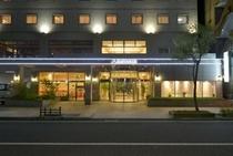 ホテル正面入口です☆正面入口左側に、ホテル駐車場への入口がございます♪
