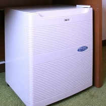 全客室に完備の静音タイプの冷蔵庫。中は空です。