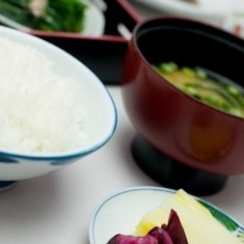 □朝食レストラン花茶屋にて□・・・焼魚や厚焼卵、お味噌汁、ごはんやおかゆなど和食も充実