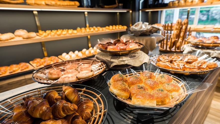 【ホテル隣接カフェ/南西の風ベーカリー&カフェ】おいしいパンを種類も豊富にご用意。