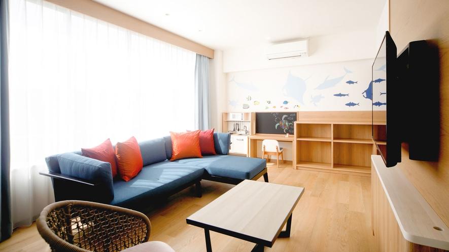 【本館/ファミリールームAタイプ】広いスペースにゆったり大きなソファで家族みんなでくつろげます。