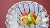 夏のお料理一例:冷し物夏野菜と魚介のカクテル、酢ゼリー掛け、黄味酢