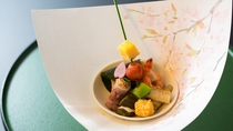 春の料理一例:前菜サーモン桜葉寿司、菱真丈、車海老芝煮、若さぎ【青竹串】厚焼卵、他