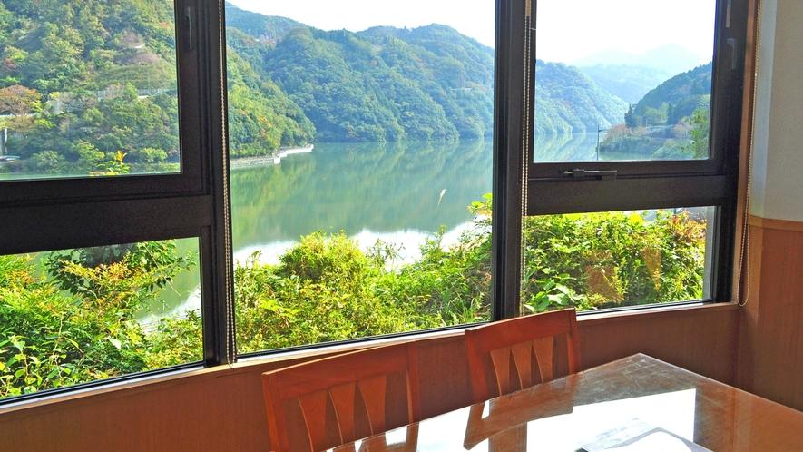 【レストラン】鹿野川の素晴らしい景色をご覧頂けます。