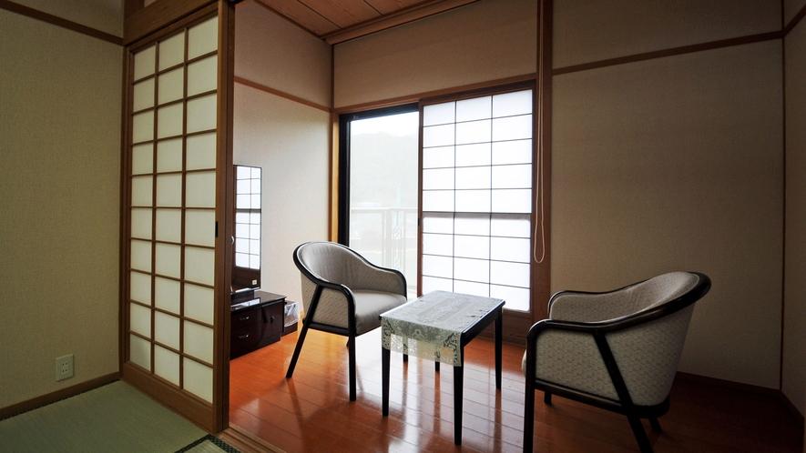 【客室】特別和室12畳:広々ゆったり、湖畔の景色をお楽しみください。