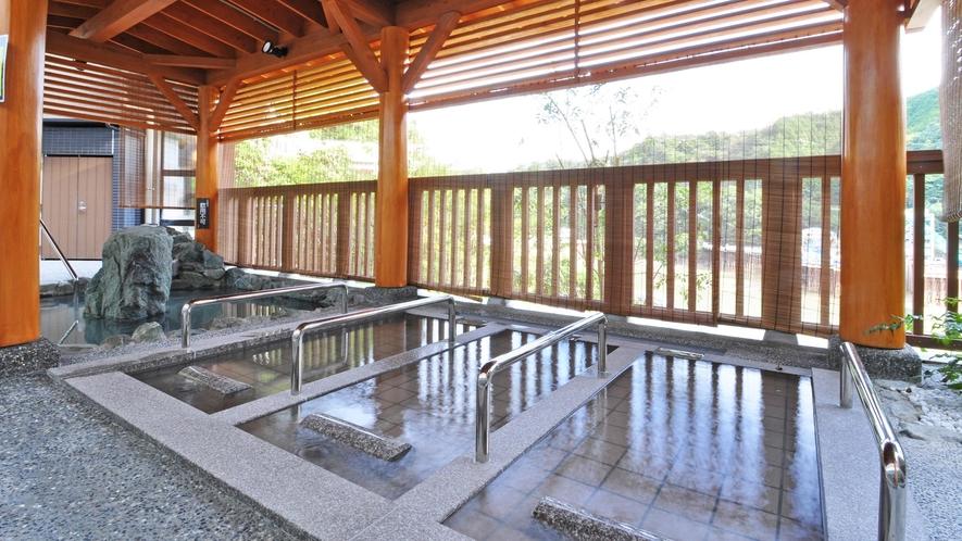 【露天風呂・寝湯】すだれ越しに鹿野川ダムが見渡せます。