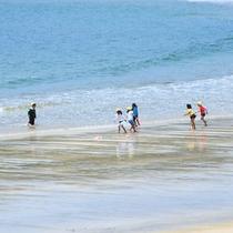 弓ヶ浜で遊ぶ子供