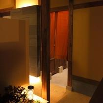モダンな温泉浴場につながる渡り廊下