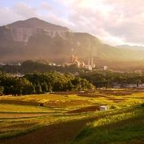 秋の夕日に映える棚田と武甲山