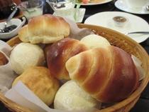 朝食の手焼きパン バターロールと白パン