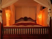 「白夜」 天蓋付キングサイズベッドが魅力