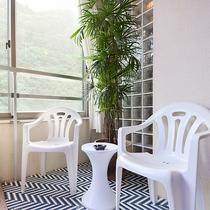 *〔瑠璃〕バスルームにはテーブルも。おタバコはこのエリアでお楽しみいただけます