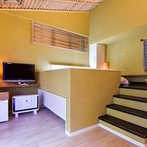 *〔瑠璃〕広々と明るいお部屋のベッドはロフト風。たった数段の階段が非日常へと誘います