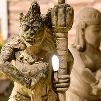 *神々の島・バリ島の石像をエントランスに。日常から離れてのんびりとくつろぎませんか。