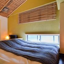 *〔瑠璃〕ちょっと高いところにあるベッドは広さもゆったり。のんびりとお過ごしいただけます