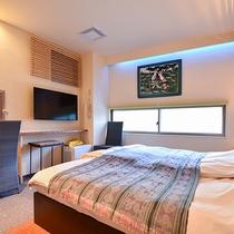 *〔天空〕広々としたお部屋には大きなベッドを。掛け布団も2枚あるので寝返りを打ったときも安心です。