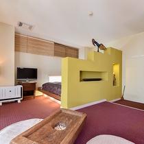 *〔紅柄〕紅色を基調に部屋をコーディネート。小上がりのベッドは広々とご利用いただけるサイズです