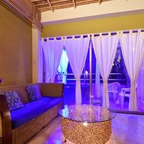 *〔瑠璃〕青のお部屋に青のライトで幻想的に。普段とは違う雰囲気で温泉をお楽しみいただけます