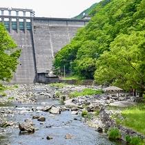*〔湯原温泉砂湯〕湯原ダム直下にありダイナミックな景色を楽しめます。足湯もあるので女性も安心♪