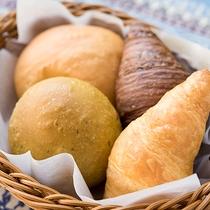 *〔朝食一例〕毎朝焼き上げるふわふわのパンを朝食でご提供しております