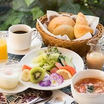 *〔朝食一例〕ふわふわのパンやサラダ、具だくさんのスープなどの朝食をお楽しみください