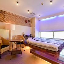 *〔竜胆〕藤やバンブー素材を活かしたお部屋。横長の窓が隠れ家のような雰囲気を感じさせます