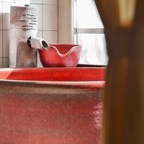 *〔紅柄〕紅色の浴槽には源泉100%の温泉を張ってお過ごしいただけます