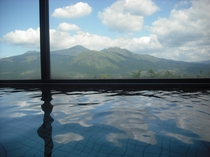 阿蘇の山々が一望できる大浴場