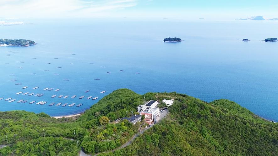 上空から見たホテル万葉岬・自然に囲まれた静かな場所にひっそりと佇むホテルです