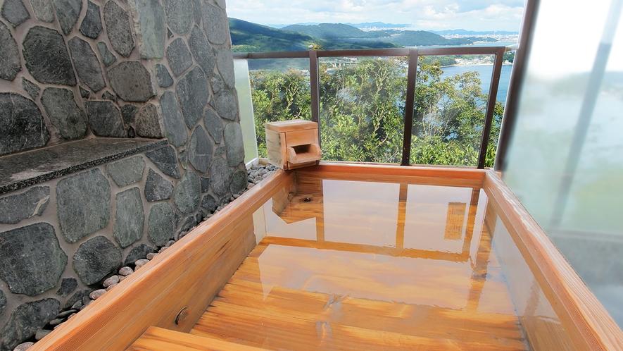 海風を感じながら万葉の自然を楽しむ露天風呂
